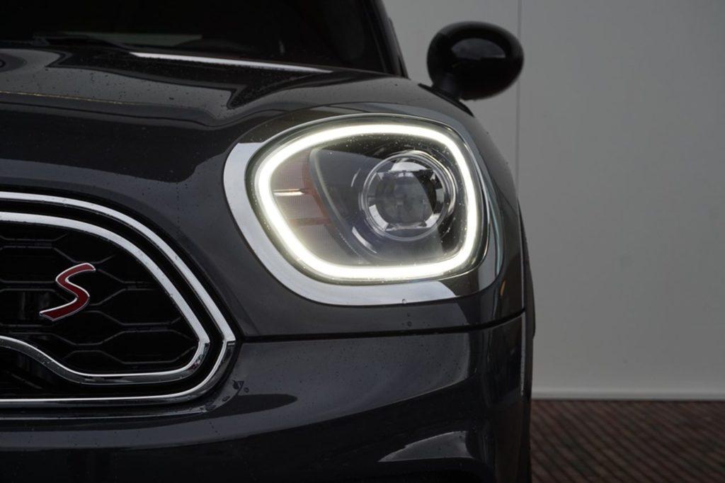 Mini rijdt in het donker